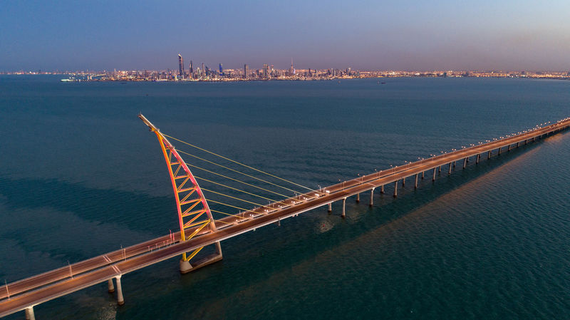 © Reuters. Aerial view of the arch pylon on the Sheikh Jaber al-Ahmad Al-Sabah Causeway which will lead to the Future Silk City, in Kuwait Bay