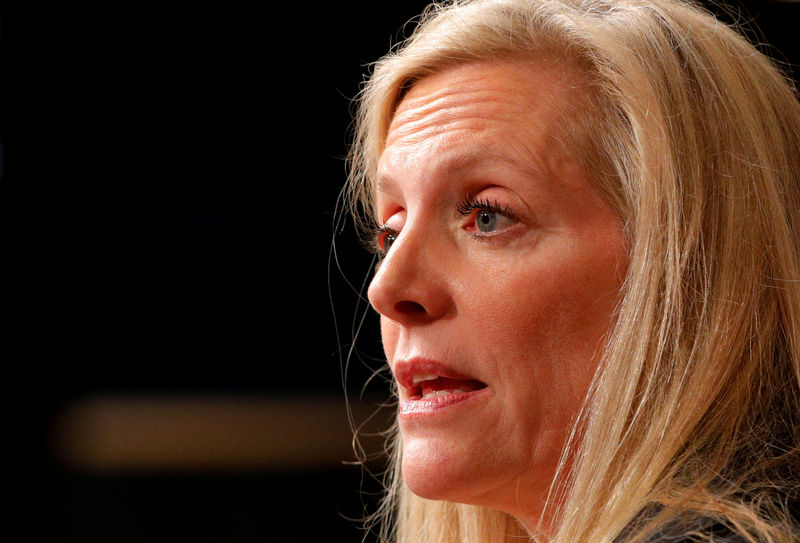 © Reuters. FILE PHOTO: Federal Reserve Board Governor Lael Brainard speaks at the John F. Kennedy School of Government at Harvard University in Cambridge