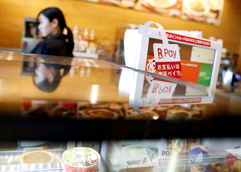 © Reuters. A campaign advertising of Rakuten Pay, QR code mobile payment system operated by Rakuten, is displayed at a coffee shop in Tokyo