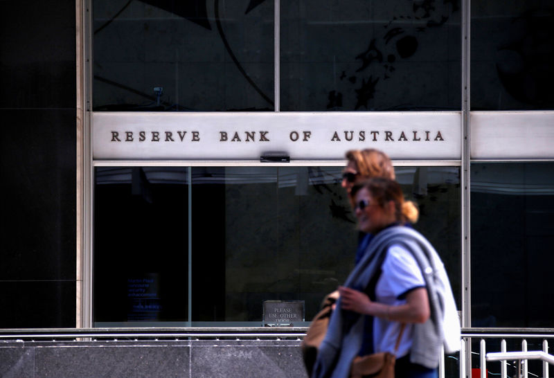 © Reuters. Pedestrians walk past the main entrance to the Reserve Bank of Australia head office in central Sydney, Australia