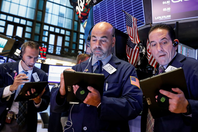© Reuters. Traders work on the floor at the NYSE in New York