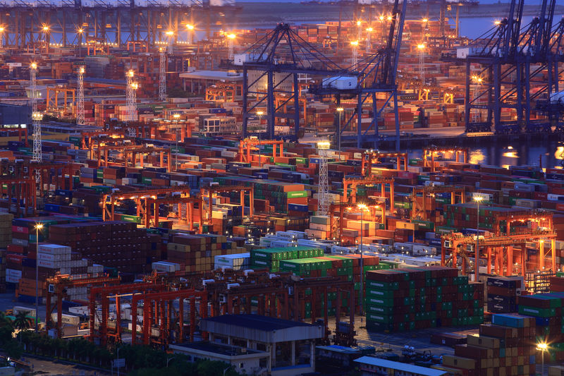 © Reuters. Containers are seen at Yantian port in Shenzhen