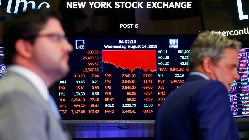 © Reuters. A screen shows the numbers after the closing bell as traders work on the NYSE floor in New York