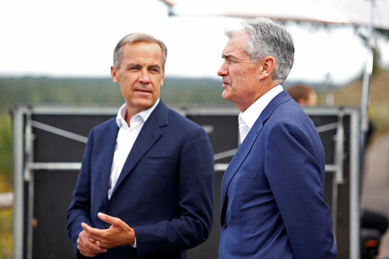 © Reuters. Federal Reserve Chair Jerome Powell and Governor of the Bank of England, Mark Carney chat during the three-day